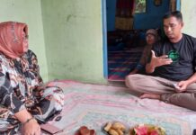 Ketua Komisi 2 DPRD Karimun Nyimas Novi Ujiani mendengarkan keterangan Salehadi, pendamping 14 pekerja PT MOS yang di-PHK sepihak, Sabtu (20/2/2021). Foto Suryakepri.com/IST