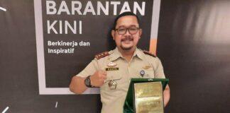 Kepala Karantina Pertanian Tanjungpinang Raden Nurcahyo Nugroho saat menunjukkan plakat penghargaan (Suryakepri.com/ist)