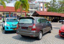 Pejabat Bintan langsung naik mobil meninggalkan Polres Tanjungpinang (Suryakepri.com/Muhammad Bunga Ashab)
