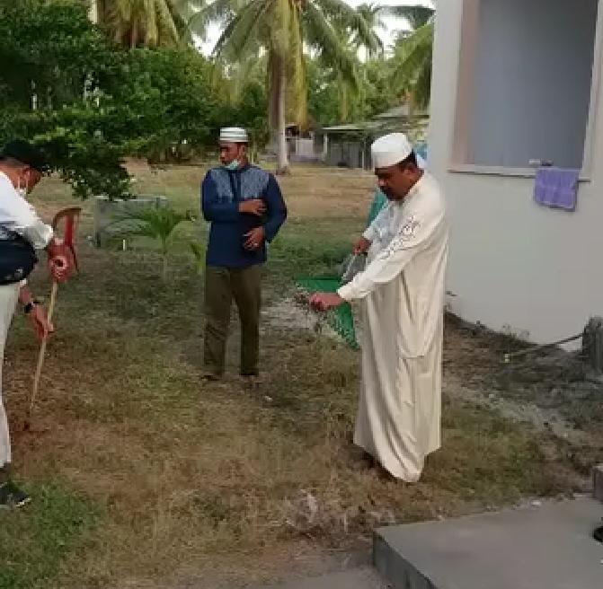 Bupati Karimun Aunur Rafiq tengah membersihkan area sekitar Masjid Nurul Huda, Kecamatan Durai saat ikut jamaah tabligh. Foto Suryakepri.com/FB Arah Karimun