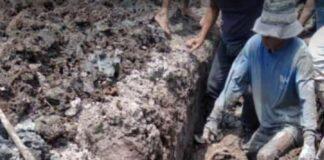 Kakek Amat saat tertimbun reruntuhan tanah saluran air yang ia gali di Sawang, Kundur Barat, Kamis (25/2/2021) siang. Foto Suryakepri.com/IST