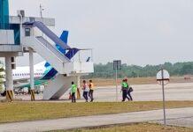 Bupati Bintan Apri Sujadi saat menuju pesawat (Suryakepri.com/Muhammad Bunga Ashab)