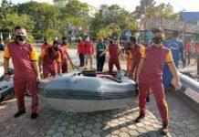Menggunakan 5 unit perahu karet, tim gabungan menyingkirkan tanaman Enceng Gondok yang menutupi danau Taman Hijau Karimun, Jumat (19/2/2021). Foto Suryakepri.com/YAHYA
