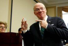 FILE: Perwakilan terpilih Ron Wright (R-TX) bereaksi terhadap undian nomor 6 saat pengundian untuk tugas kantor di Capitol Hill di Washington, AS, 30 November 2018. REUTERS / Joshua Roberts / File Photo