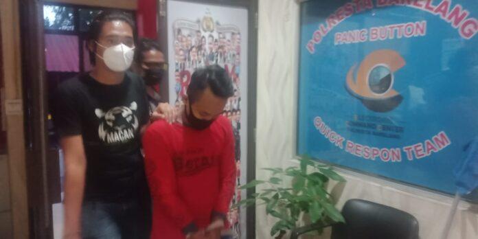 Supiradi saat digiring ke ruang pemeriksaan di Polresta Barelang.(suryakepri.com/romi)