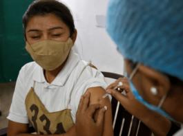 Vaksinasi Covid-19 di India. Para ahli bingung dengan penurunan dramatis kasus Covid-19 di India. Tetapi mengingatkan untuk tetap waspada. (Foto dari Aljazeera)