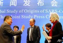 Marion Koopmans (kanan) dan Peter Ben Embarek (tengah) dari tim Organisasi Kesehatan Dunia mengucapkan selamat tinggal kepada mitranya dari Tiongkok Liang Wannian (kiri) setelah Konferensi Pers Studi Bersama WHO-Tiongkok yang diadakan di akhir misi WHO di Wuhan, Tiongkok pada 9 Feb 2021. (Foto AP / Ng Han Guan via CNA)