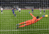 Kiper tottenham Hotspur Hugo Lloris gagal menahan tendangan penalti meski sudah bergerak ke arah yang tepat. Chelsea membawa pulang tiga poin dari Tottenham Hotspur Stadium, membuat skuad Thomas Tuchel naik ke posisi enam klasemen, sementara Spurs turun ke posisi delapan. (Foto: Chelseafc.com)