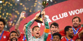 Kapten Bayern Munich Manuel Neuer mengangkat trofi usai menjuarai Piala Dunia Antarklub dengan kemenangan 1-0 atas Tigres, Kamis (11/2/2021). (Sky Sports)