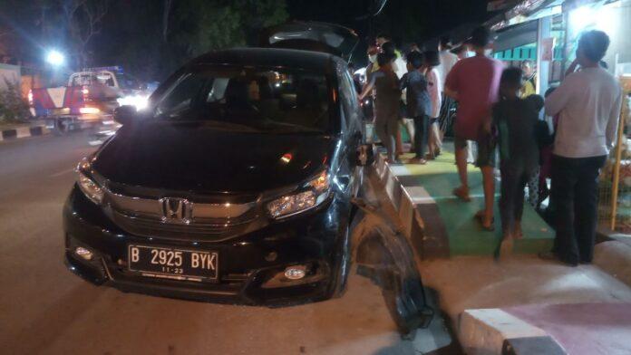 Satu unit mobil Honda Mobilio diduga menabrak dua unit sepeda motor yang tengah parkir di dekat RSUD Karimun, Senin (22/2/2021) malam. Diduga supir mabuk. Foto Suryakepri.com/YAHYA