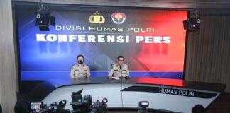 Kadiv Humas Polri Irjen Argo Yuwono (kanan) menjelaskan bahwa pelaku bom bunuuh diri di Gereja Katedral Makassar berjumlah dua orang. Kedua pelaku berboncengan menggunakan sepeda nomor dengan pelat nomor DD-5984-ND. Setelah pelaku berada di pintu Gereja Katedral Makassar, ledakan terjadi.(Foto: Humas Polri)