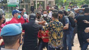 Bentrokan antara petugas Kepolisian Polresta Barelang dengan sejumlah massa,
