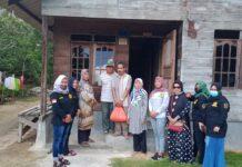 Mutiara Gagak Hitam Sambang Karimun menyalurkan bantuan sembako kepada masyarakat kurang mampu di Kecamatan Kundur Utara, Minggu (28/3/2021). Foto Suryakepri.com/IST