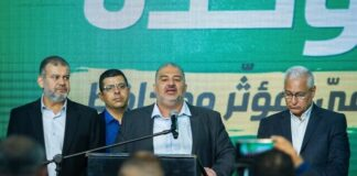 Pemimpin partai Ra'am Mansour Abbas (tengah) dan anggota partai di markas partai di Tamra, Israel, pada malam pemilihan, 23 Maret 2021. (Flash90/Times of Israel)