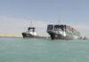 Foto yang dirilis Otoritas Terusan Suez menunjukkan Ever Given, kapal kargo berbendera Panama didampingi kapal tunda Terusan Suez saat melaju di Terusan Suez, Mesir, Senin 29 Maret 2021. Tim penyelamat pada Senin melakukan pembebasan kolosal. Kapal kontainer yang telah menghentikan perdagangan global melalui Terusan Suez, mengakhiri krisis yang selama hampir seminggu telah menyumbat salah satu arteri maritim paling vital di dunia. (Otoritas Terusan Suez melalui AP)