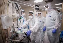 Anggota tim rumah sakit Shaare Zedek mengenakan perlengkapan keselamatan saat mereka bekerja di bangsal virus corona di Yerusalem pada 19 Januari 2021. (Yonatan Sindel / Flash90 via Times of Israel)