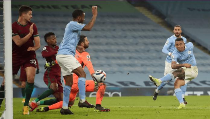 Striker Manchester City Gabriel Jesus melepaskan tembakan dari jarak dekat untuk membobol gawang Wolves di Etihad, Selasa (2/3/2021). Jesus mencetak dua gol dalam kemenangan 4-1 atas tamunya. (Foto: Premierleague.com)