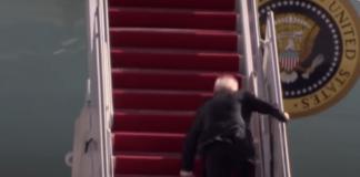 Tangkapan layar video ketika Joe Biden Jatuh di tangga pesawat Air Force One.