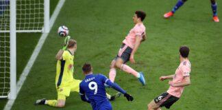 Jamie Vardy (kiri) tampil ciamik dengan memberikan dua assist dan menyebabkan satu gol bunuh diri oleh bek Sheffield United, Ethan Ampadu. The Foxes menang 5-0 atas tamunya untuk naik ke posisi kedua klasemen Liga Inggris 2020/21. (Foto dari Sky Sports).