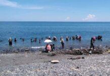 Warga mencari butiran emas di Pantai Pohon Batu, Maluku Tengah (Foto: detikcom)