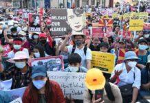 Demonstran memprotes kudeta militer di Yangon, Myanmar, 17 Februari 2021.[REUTERS/Stringer]/tempo.com
