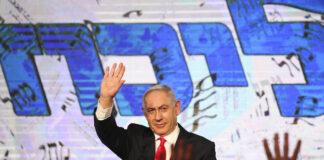 Perdana Menteri Benjamin Netanyahu melambai kepada para pendukungnya setelah hasil jajak pendapat pertama untuk pemilihan parlemen Israel, di markas partai Likud di Yerusalem, Maret. 24, 2021. (Foto AP / Ariel Schalit, file via Times of Israel)