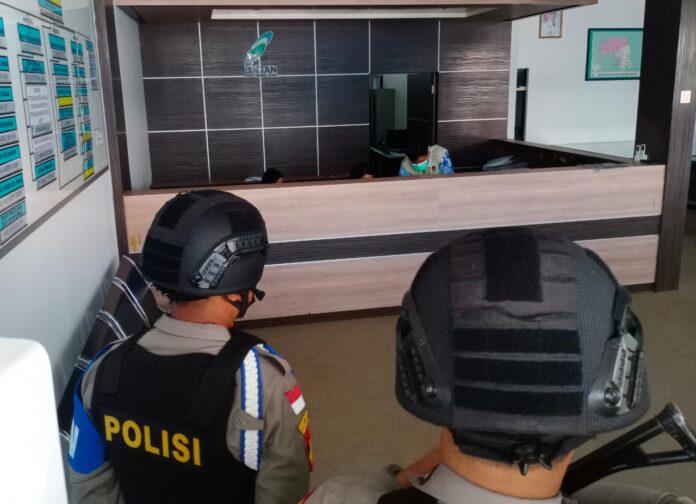 Personel polisi saat melakukan pengawalan penggeledahan kantor BP Kawasan Bintan oleh penyidik KPK (Suryakepri.com/Muhammad Bunga Ashab)