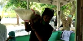 Seorang anggota Jurnalis Karimun tengah memikul satu karung beras untuk disumbangkan ke Ponpes Hidayatullah, Sememal, Minggu (1/3/2021). Foto Suryakepri.com/YAHYA
