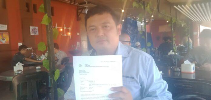 Zulfandy menunjukkan bukti surat pengaduannya ke DPRD Karimun, Selasa (2/3/2021). Foto Suryakepri.com/YAHYA