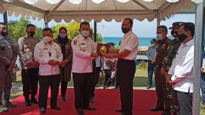 Penandatanganan penarikan biaya jasa labuh kapal, yang ditandatangani langsung oleh Gubernur Kepri, Ansar Ahmad di PT. BIAS Delta Pratama, Galang, Rabu (3/3/2021).