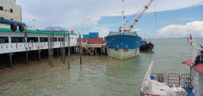 Sebuah kapal kargo sandar di pelabuhan bongkar-muat Karimun belum lama ini. Bakamla RI bentuk Rapala Nusantara Kabupaten Karimun untuk memperkuat keamanan di perairan Karimun. Foto Suryakepri.com/YAHYA