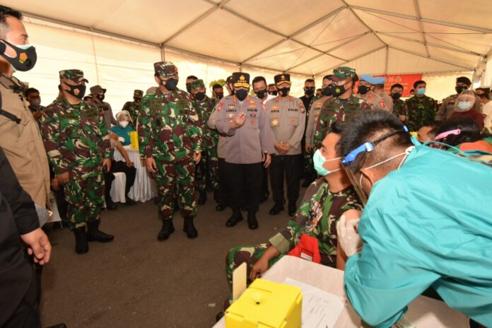 Panglima TNI dan Polri Tinjau Langsung Vaksinasi Prajurit TNI-POLRI di Polda Kepri, Jumat (5/3/2021)