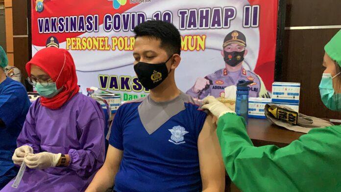 Seorang anggota Polres Karimun menjalani vaksin Covid-19, Jumat (5/3/2021). Foto Suryakepri.com/YAHYA