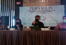 Muhammad Indra Kelana, Rijalun Sholihin Simatupang dan Rivaldhy Harmi selaku penasihat hukum mendampingi SK saat konferensi pers di Tanjungpinang (Suryakepri.com)