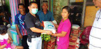 Anggota DPRD Karimun Fraksi PDIP Sulfanow Putra menyalurkan bantuan sembako kepada para korban kebakaran di pelantar jalan Ahmad Yani, Meral, Sabtu (6/3/2021). Foto Suryakepri.com/YAHYA