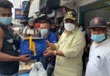 Bupati Karimun Aunur Rafiq menyalurkan bantuan kepada para korban kebakaran pelantar jalan Ahmad Yani, Meral, Minggu (7/3/2021). Foto Suryakepri.com/YAHYA