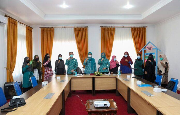 Hj. Marlin saat mengikuti vicon Rapat Monitoring dan Evaluasi Pelaksanaan Vaksinasi Covid-19 di ruang rapat lantai 4, kantor Gubernur, Dompak, Tanjungpinang, Senin (8/3).