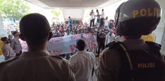 Ratusan massa yang tergabung dalam paguyuban Persatuaan Keluarga Nuea Tenggara Timur (PKNTT) Kota Batam, Kepulauan Riau melanjutkan aksi unjuk rasa ke kantor DPRD Kota Batam, Selasa (9/3/2021).