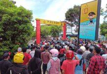 Unjuk rasa dari Persatuan Keluarga Indobesia Timur (Perkit) Kota Batam dan ratusan massa di Mapolsek Batam, Selasa (9/3/2021).