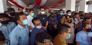 Ketua Fraksi PDIP Batam, Putera Yustisi Respaty menemui massa.