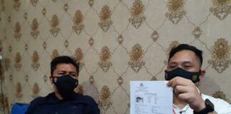 Kasatreskrim Polres Karimun AKP Herie Pramono menunjukkan identitas terduga pelaku penganiaya berujung kematian karyawan bank BUMN di Karimun, Selasa (16/3/2021). Foto Suryakepri.com/YAHYA