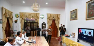 Gubernur Kepri Ansar Ahmad melakukan video conference dengan Second Minister For Education & Foreign Affairs Singapura Dr. Mohammed Maliki bin Osman, Karimun, Rabu (17/03/2021)