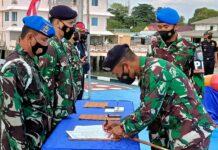 Danlanal Karimun Letkol Laut P Maswedi menandatangani Pakta Zona Integritas menuju Wilayah Bebas Korupsi dan Wilayah Birokrasi Bersih Melayani di dermaga Mako Lanal Karimun, Rabu (17/3/2021). Foto Suryakepri.com/YAHYA