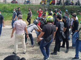 Petugas Kepolisian Polresta Barelang membongkar paksa lokasi kegiatan yang berada di Welcome To Batam, Batam Center, Batam, Kepulauan Riau, Jumat (19/3/2021) siang.