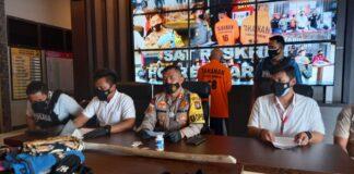 Tersangka RA (belakang) dihadirkan Polres Karimun saat konferensi pers, Sabtu (20/3/2021). Foto Suryakepri.com/YAHYA