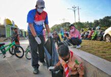 Komandan Lanud Raja Haji Fisabilillah Kolonel Pnb Andi Wijanarko saat ikut membersihkan Taman Gurindam (Suryakepri.com)