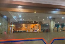 Kaca lobi Hotel Satria Karimun yang dipecahkan oleh pelaku S, Sabtu dini hari. Foto Suryakepri.com/YAHYA