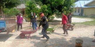 Warga Gading, Kundur bersama Ormas Gagak Hitam Sambang Karimun goro memperbaiki jalan berlobang, Minggu (21/3/2021). Foto Suryakepri.com/IST