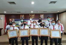 Penghargaan diberikan daam acara Rapat Koordinasi Perdangan Orang bertempat di Ruang Pertemuan Graha Kepri Lantai 5 Kota Batam, Senin (21/03/2021).