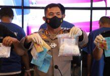 Kapolres Karimun AKBP Muhammad Adenan menunjukkan barang bukti narkoba dari 21 tersangka saat konferensi pers, Rabu (24/3/2021). Foto Suryakepri.com/YAHYA